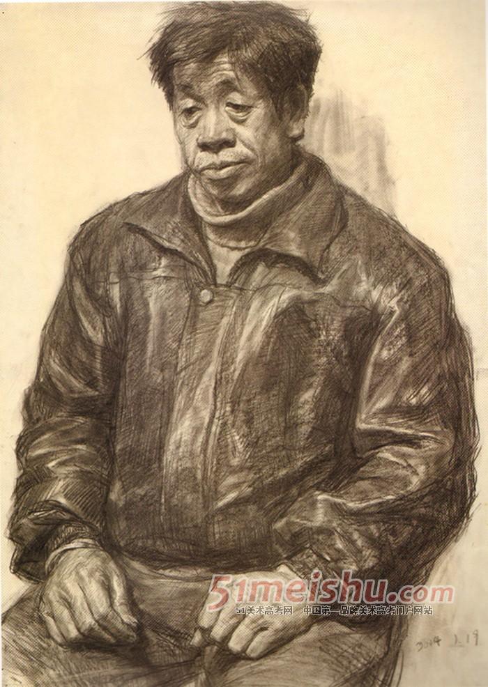 央美精英档案 中年男子半身像素描写生作品 素描半身带手