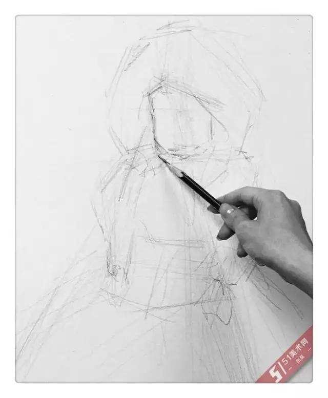 握着铅笔,初学者画素描的起初阶段,要练习画物体的明暗和立体感的笔触