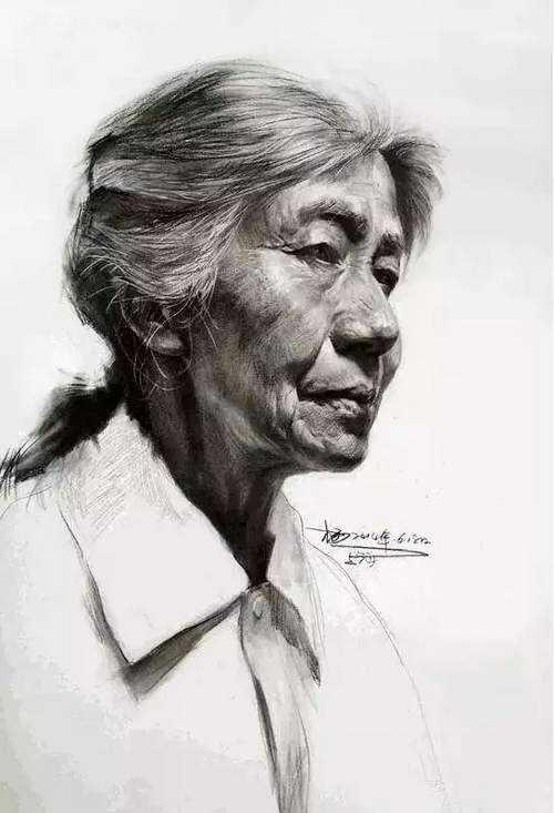 女老年四分之三侧素描头像